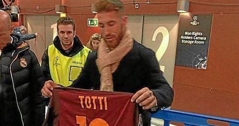Ramos muestra la camiseta de Totti en zona mixta.