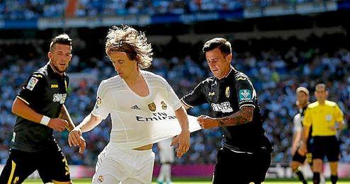 En la imagen, Javi Márquez pugnando por un balón con Luka Modric.