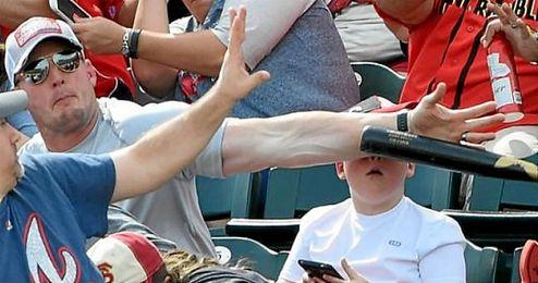 Imagen del momento del impacto del bate de béisbol.