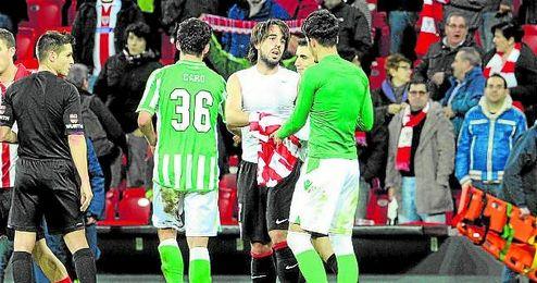 Beñat se intercambia la camiseta con Juan Carlos en la vuelta de octavos de Copa de la 13/14.