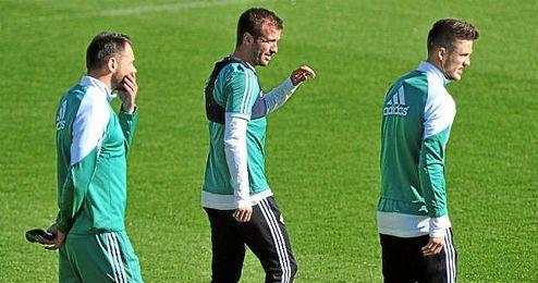 Westermann, Van der Vaart y Van Wolfswinkel, en un entrenamiento con el Real Betis.
