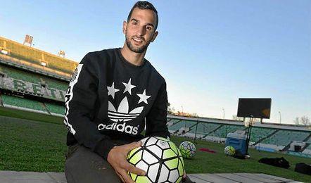 Montoya posa para ESTADIO Deportivo en el Villamarín.