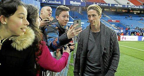 Torres, ayer con unos aficionados en el Calderón.