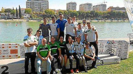 El equipo del Náutico Sevilla celebra su campeonato.