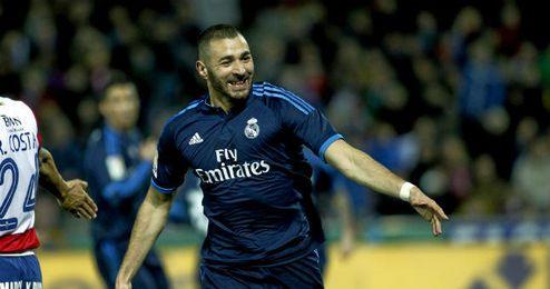 En la imagen, Benzema celebra un tanto con la camiseta del Real Madrid.
