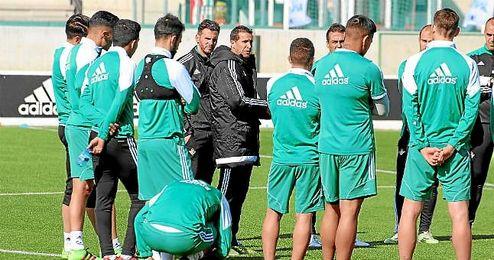 Merino da una charla a sus jugadores antes del entrenamiento.