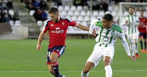 En la imagen, lance de juego entre el C�rdoba y Osasuna.