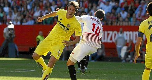 Pina, con Crist�foro en un lance del Sevilla-Villarreal.