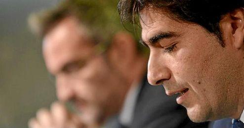 Ángel Haro, durante la presentación de Damiao, con Eduardo Macià, en segundo plano.