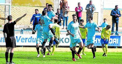 Mart�n celebra con Gabri (10) su gol anotado en el Guadalquivir de Coria del R�o.