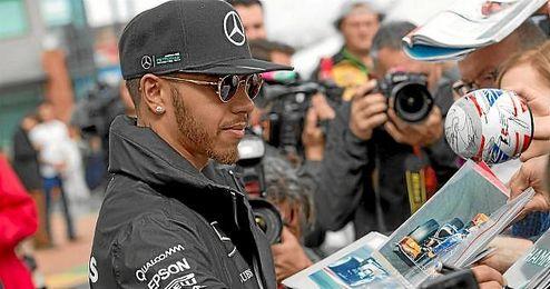 Hamilton, a su llegada al circuito de Albert Park.