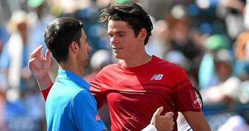 Djokovic y Raonic se saludan al final del partido.