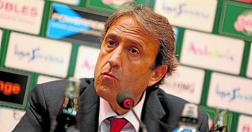 En la imagen, Luis Casimiro ofreciendo una rueda de prensa.