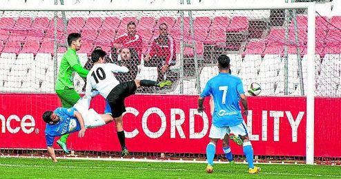 Borja Lasso abrió la cuenta sevillista con el único gol que se marcó en la primera mitad.
