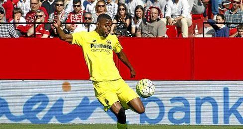 En la imagen, el jugador Bakambu disputando un partido con el Villarreal.