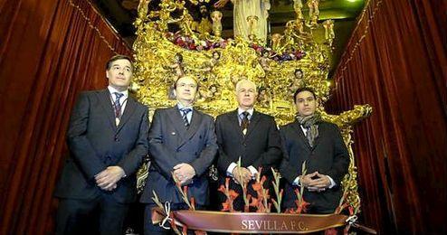 La comitiva sevillista, junto a José Luis Maestre.