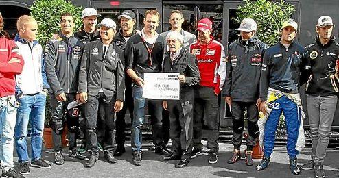 Bernie Ecclestone con varios pilotos de la parrilla