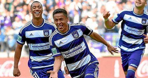 Andy Nájar celebra un gol con el Anderlecht.