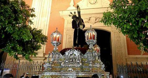 El Se�or de Pasi�n, a su salida de la Iglesia del Salvador en la tarde de ayer.