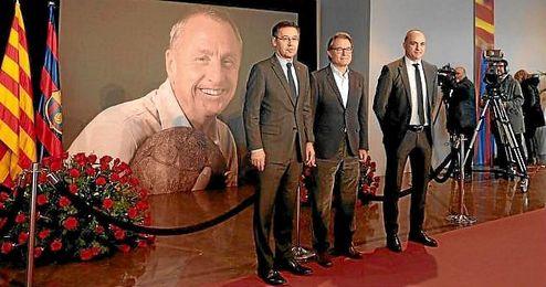 Bartomeu, en el espacio de condolencias a Cruyff en el Camp Nou.