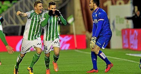 El Betis se jugar� buena parte de sus opciones de permanencia en el Benito Villamar�n, donde recibir� a Levante, Las Palmas y Getafe.