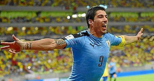 Luis Su�rez celebra el empate a dos ante Brasil.
