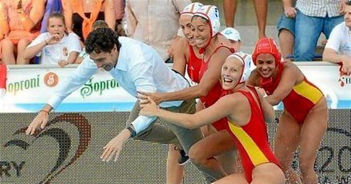 El entrenador Miki Oca acab� en la piscina, durante la celebraci�n del triunfo.