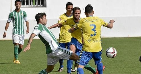 Lance del partido entre el Betis B y el Cádiz.