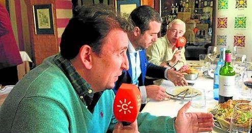 Un momento de la intervenci�n de Jos� Miguel L�pez Catal�n en la tertulia que presenta y modera Eduardo Gil.