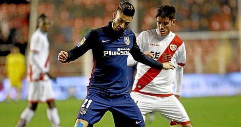 En la imagen, Yannick Ferreira Carrasco en un lance de juego con el Atlético.