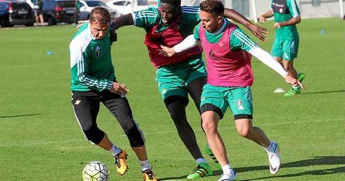Joaquín es presionado por N´Diaye y Varela durante el entrenamiento.