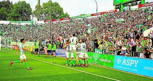 El Betis celebra la goleada al Alcorcón que dio el ascenso de la 14/15.