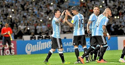 Messi celebra su tanto con Banega.