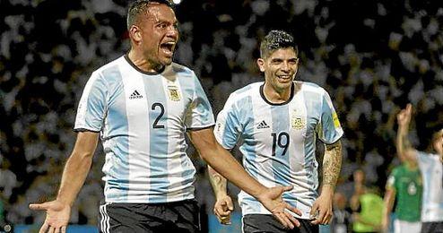 Banega festeja con Mercado un gol de Argentina.