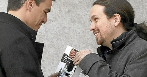 Imagen del momento en el que Iglesias le entrega el libro a Sánchez.