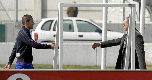 Simeone saluda a Mel en la ciudad deportiva del Betis en la 11/12.