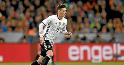 Ozil, en un partido con Alemania.