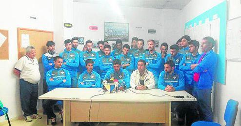 Plantilla y cuerpo técnico del Écija comparecen ante los medios el miércoles en el Polideportivo El Valle.
