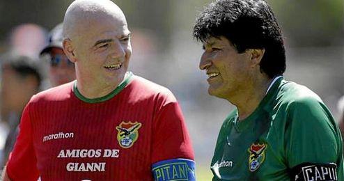 En la imagen, Infantino y Evo Morales.