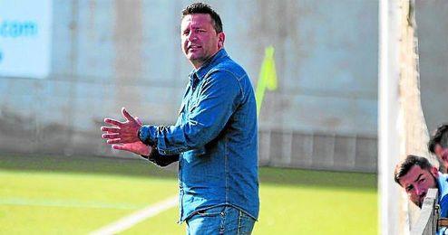 Chiqui Torres, entrenador del Alcalá, animando a sus discípulos durante un partido.