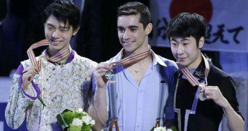 Javier Fern�ndez posa con su medalla de oro.