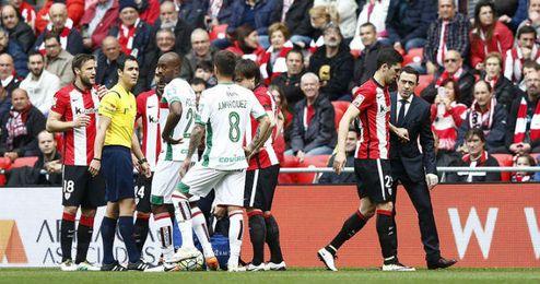Sabin Merino se marcha lesionado en el Athletic-Granada.