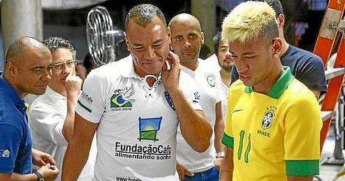 Cafú, junto a Neymar en un acto solidario.