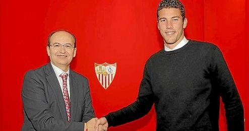José Castro, junto a David Soria tras sellar su renovación.