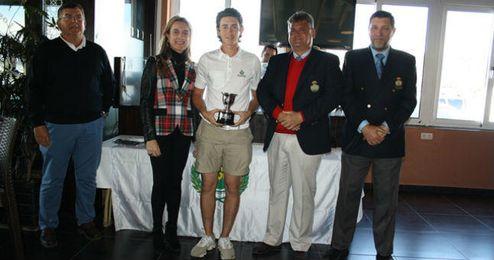 Víctor Jiménez recoge el trofeo de campeón.