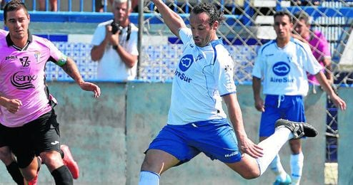 El centrocampista coriano Carlos Alberto golpea el esférico en un lance ante el San Fernando.