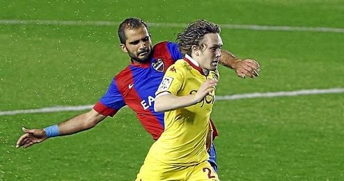 Alen Halilovic pugna con el levantinista Verza.