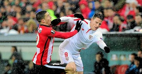Acción en la que Gameiro reclamó penalti, tras sentir un empujón del rojiblanco De Marcos.