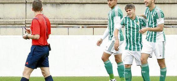 Juanma celebra el gol que abría el marcador frente a la Real Balompédica Linense.