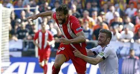 Llorente solicitó dos penaltis por agarrón de Mustafi que, sin embargo, acabaron en amarilla para el riojano.
